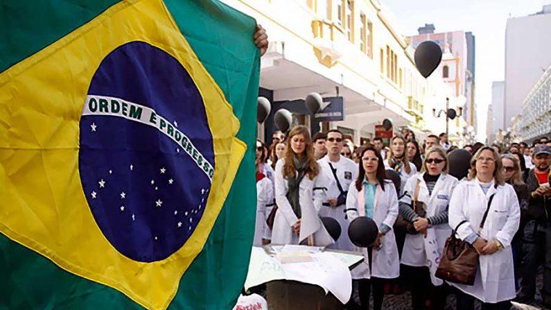 Médicos cubanos no Brasil são espiões comunistas, afirma escritor