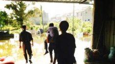 Oficial chinês demitido por ser carregado nas costas em enchente