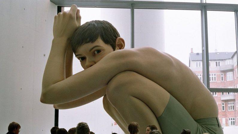 Esculturas do artista Ron Mueck chegam ao Brasil em março de 2014