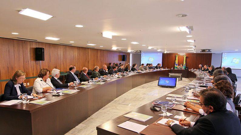 Ministérios favorecem a burocracia e o governo, não a população