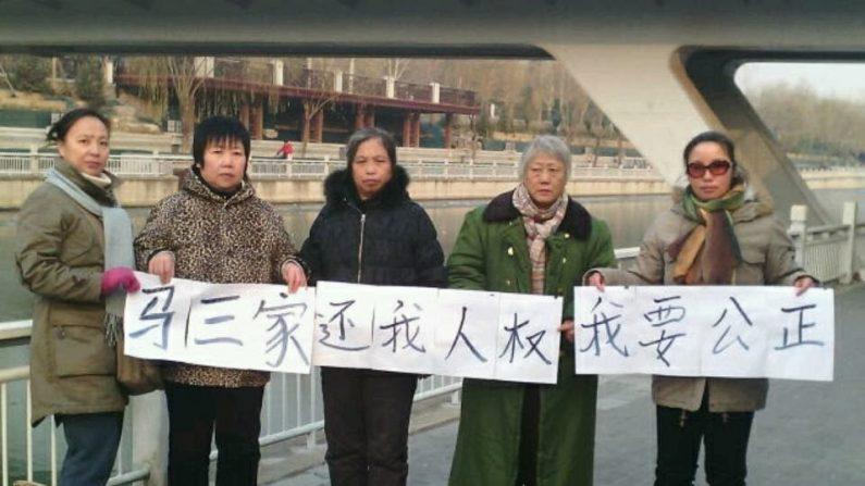 Fechamento de campos de trabalho na China gera pedidos de compensação