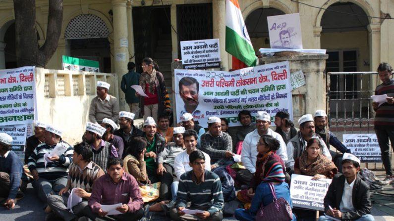 Luta irrompe dentro do partido político mais jovem da Índia