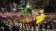 Manifestantes protestam na Avenida Paulista contra a Copa do Mundo