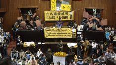 Estudantes invadem legislativo de Taiwan contra acordo com a China