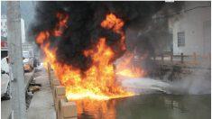 Rio poluído pega fogo na China