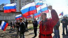 Partidários pró-Rússia e pró-Ucrânia marcham em Donetsk