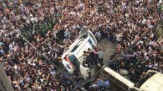 Multidão chinesa responde com raiva e violência à repressão na China