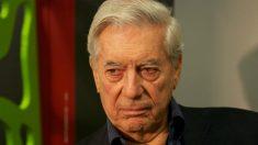 Vargas Llosa tem livro rasgado durante feira em Bogotá
