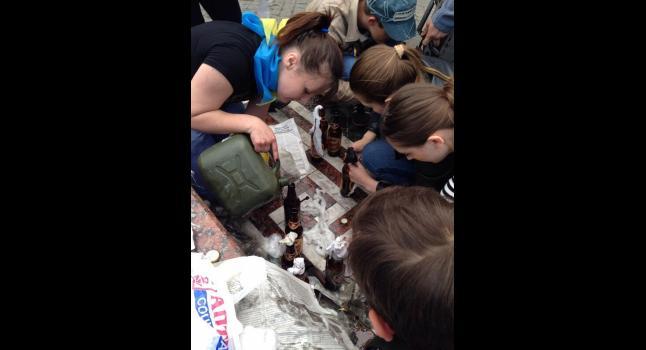 Jovens ucranianas são fotografadas com coquetéis molotov em Odessa