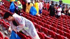Japoneses dão exemplo e recolhem lixo do estádio após jogo de estreia