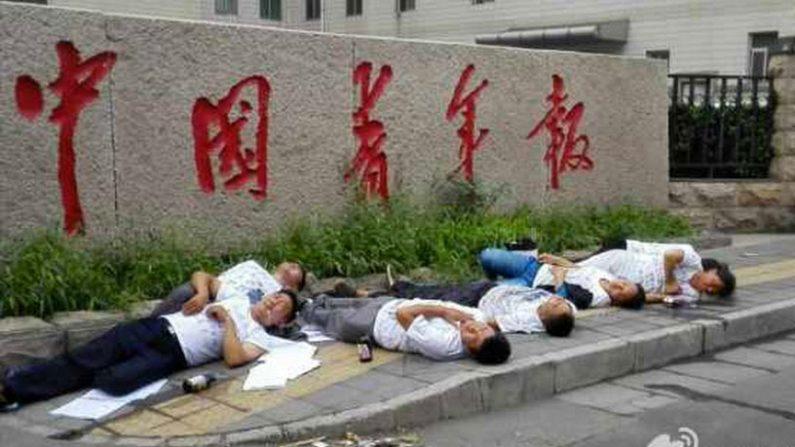 Sete pessoas tentam suicídio em frente à mídia estatal na China