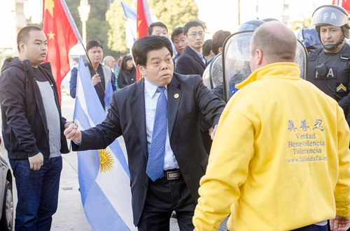 Diplomata chinês preso na Argentina ao tentar impedir protesto
