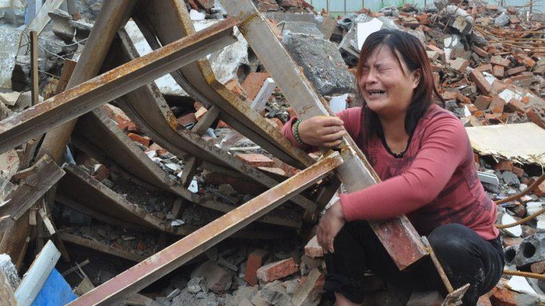 Casal é preso em cemitério enquanto sua casa é demolida na China