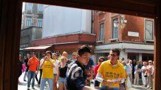 Turistas chineses abertamente condenam a perseguição ao Falun Gong