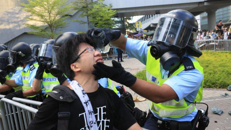 Policiais de Hong Kong pedem desculpas