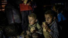 Terroristas do Estado Islâmico cercam cidade curda da Síria e provocam fuga em massa