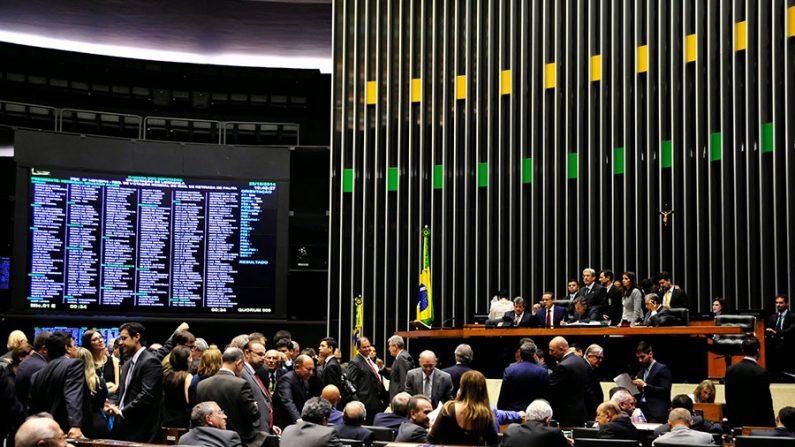 Câmara dos Deputados derruba decreto 8243, decisão final é do Senado