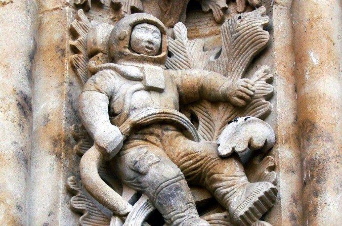 O mistério do astronauta moderno esculpido em antiga catedral