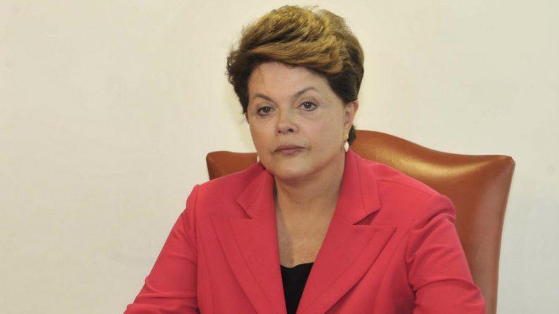 """Dilma será indenizada por aparecer em publicidade """"Como deixar de ser burro"""""""