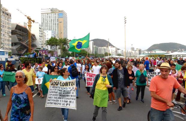 Manifestantes marcham em Copacabana contra Dilma, PT e Foro de São Paulo