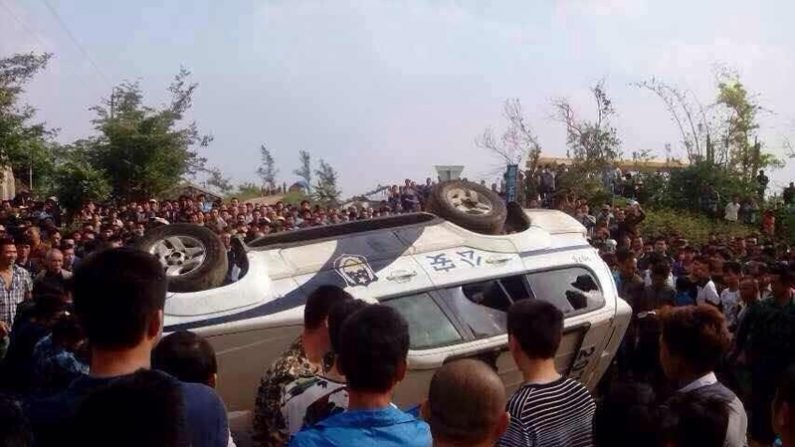 Polícia enfrenta 10.000 que tentam impedir construção de centro médico