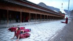 """Monjas tibetanas que evitam """"educação patriótica"""" comunista são expulsas de monastérios na China"""
