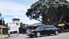 Xi Jinping acena para manifestantes do Falun Gong durante visita a Nova Zelândia
