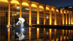 Bolsonaro pede que diplomatas levem verdade do Brasil ao exterior