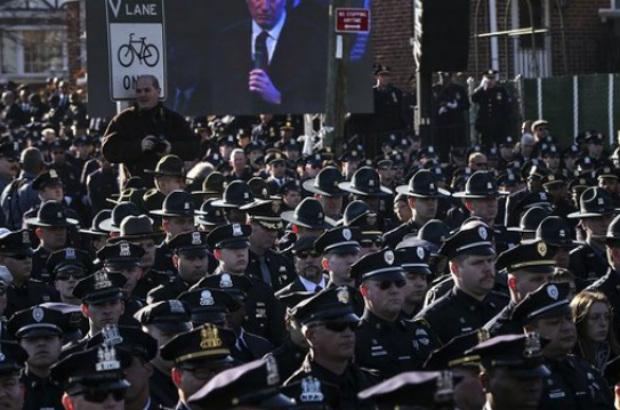 Enterro de policial atrai milhares de pessoas em Nova York