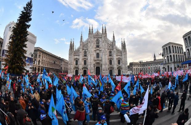 Itália faz greve geral contra reforma laboral do governo de Matteo Renzi