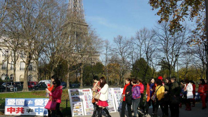 Voluntários ajudam turistas chineses a renunciarem ao Partido Comunista Chinês