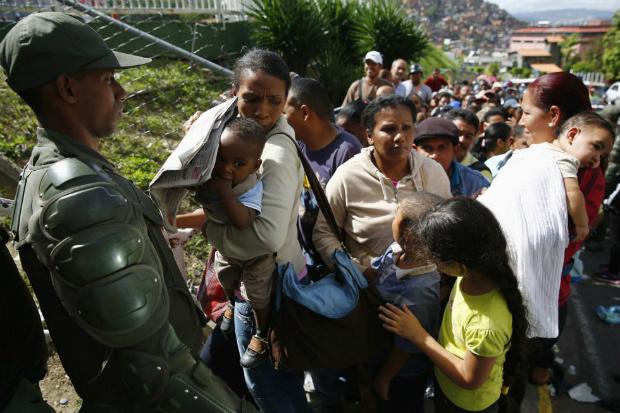 Venezuelanos podem perder filhos caso os submetam às filas por alimentos