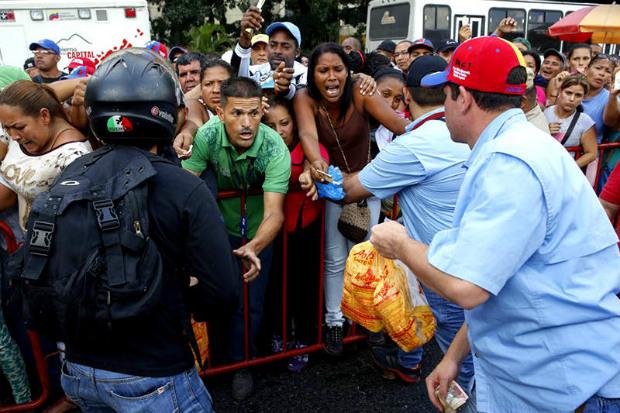 Venezuelanos enfrentam imensas filas para comprar frango