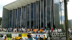 Cerca de 30 mil professores estão em greve no Paraná, grande mídia se cala