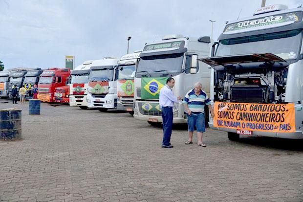 Caminhoneiros começam a se agrupar no Mané Garrincha em Brasília