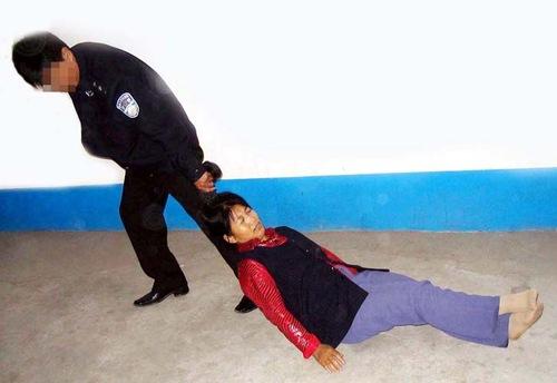 Tortura aplicada pelo governo comunista chinês: usar pessoas como pano de chão