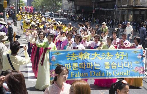 Grande desfile do Falun Dafa emociona espectadores em Manhattan