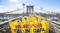 Mar de pessoas atravessa a ponte de Brooklyn pelos direitos humanos na China