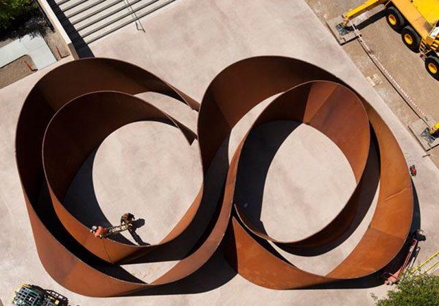 Desafiando espaço e tempo, gigantescas esculturas de Richard Serra atraem atenção mundial