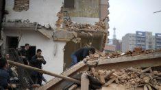 Frente ao confisco de suas propriedades, chineses expulsam demolidores com armas improvisadas