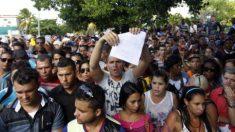 Centenas de cubanos protestam em frente à embaixada do Equador em Havana