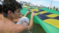 Brasileiros marcham em Copacabana pelo impeachment de Dilma Rousseff