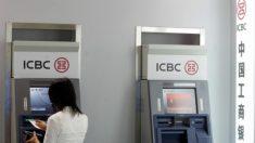 Chinesa saca dinheiro em caixa eletrônico e recebe papel em branco