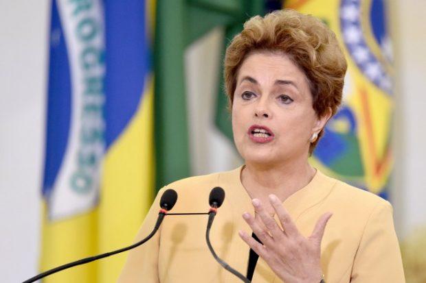 A presidente Dilma Rousseff discursa no Palácio do Planalto em Brasília em 29 de abril de 2016 (Evaristo Sa/AFP/Getty Images)