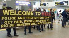 Policiais e bombeiros protestam no Aeroporto do Galeão