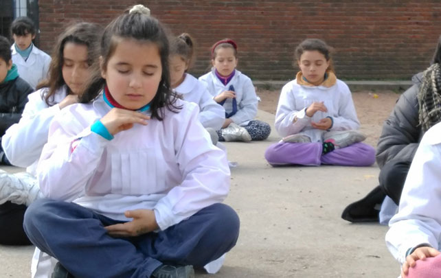 """Escola no Uruguai ensina meditação para combater violência e """"bullying"""""""