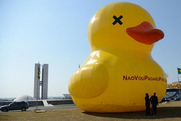 Fiesp resgata pato inflável contra alta de impostos