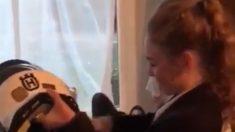 Garota chora de emoção ao receber moto de presente