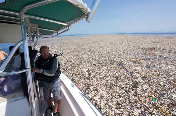 "Dramático ""mar de plástico e poliestireno"" flutua no Caribe (Fotos)"