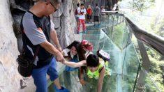 Ponte de vidro na China é projetada para rachar sob os pés dos turistas